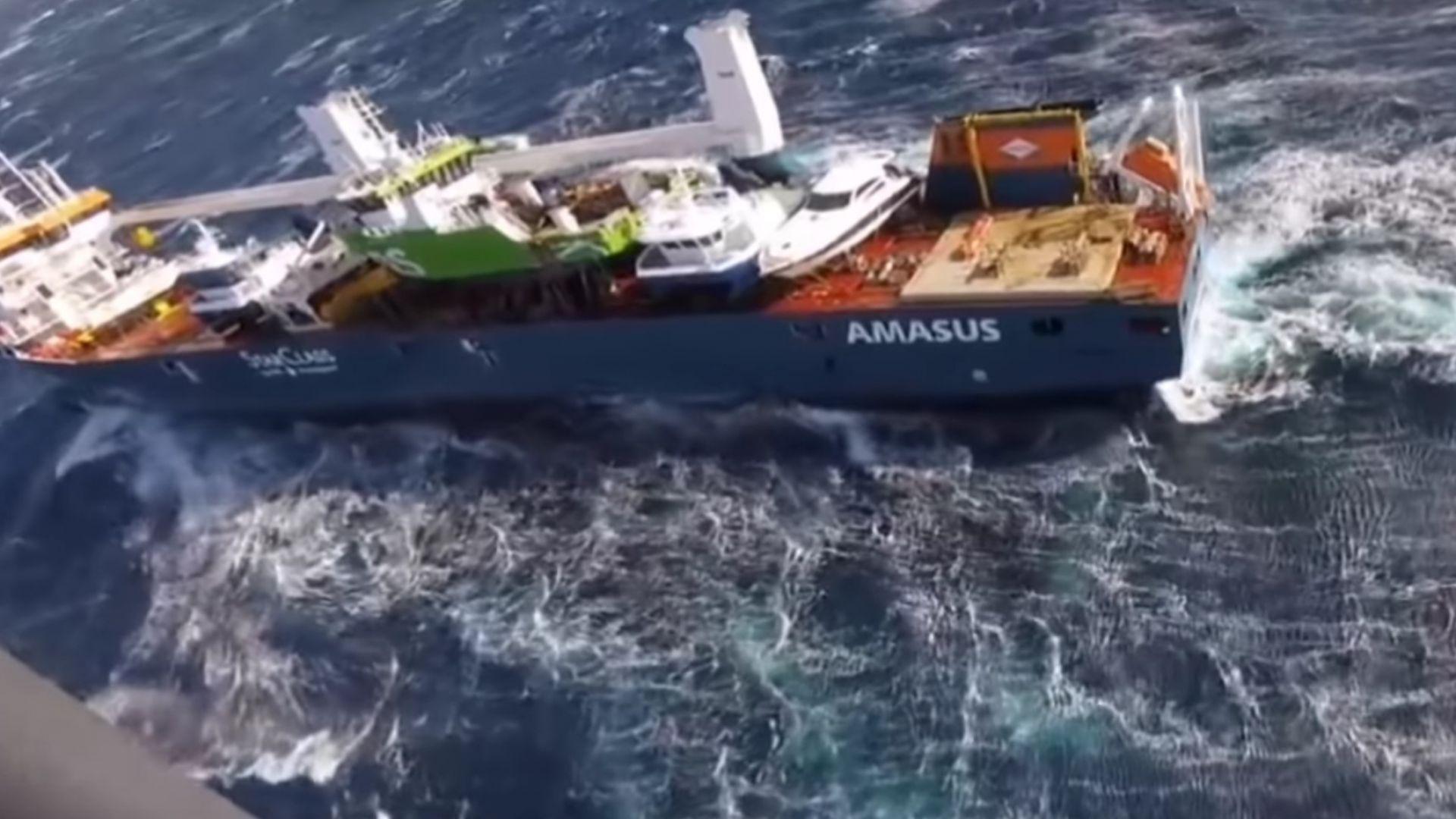 15-метрови вълни заплашват танкер от потъване в Норвежко море (видео)