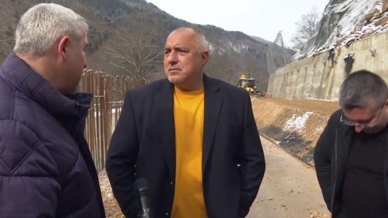 Премиерът Бойко Борисов, който е на инспекция на пътя към