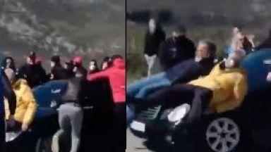 Автомобил с дъщерята на премиера проби блокада от протестиращи в Черна гора, има пострадали