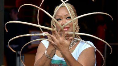 Жената с най-дългите нокти на света ги отряза (видео)
