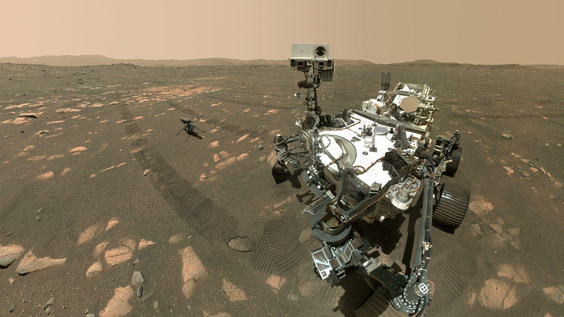 НАСА показа селфи на роувъра на Марс в компанията на миниатюрен хеликоптер