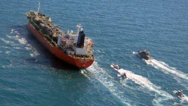Отвлеченият в Оманския залив танкер плава към ирански води