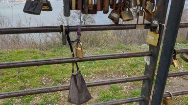 Във Варна заключиха коронавируса с катинар (снимки)