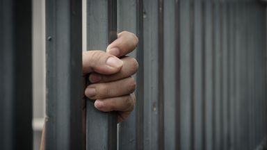 Оставиха в ареста полицая с бутикова дрога