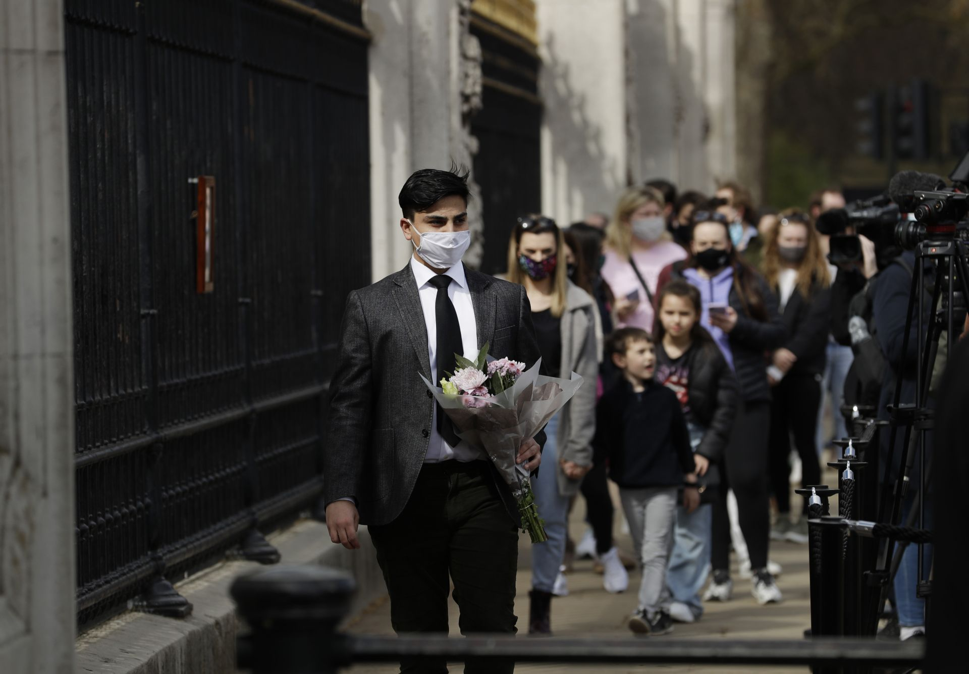 Гражданите на Лондон се редят на опашка, за да поставят цветя в памет на принц Филип пред портите на Бъкингамския дворец