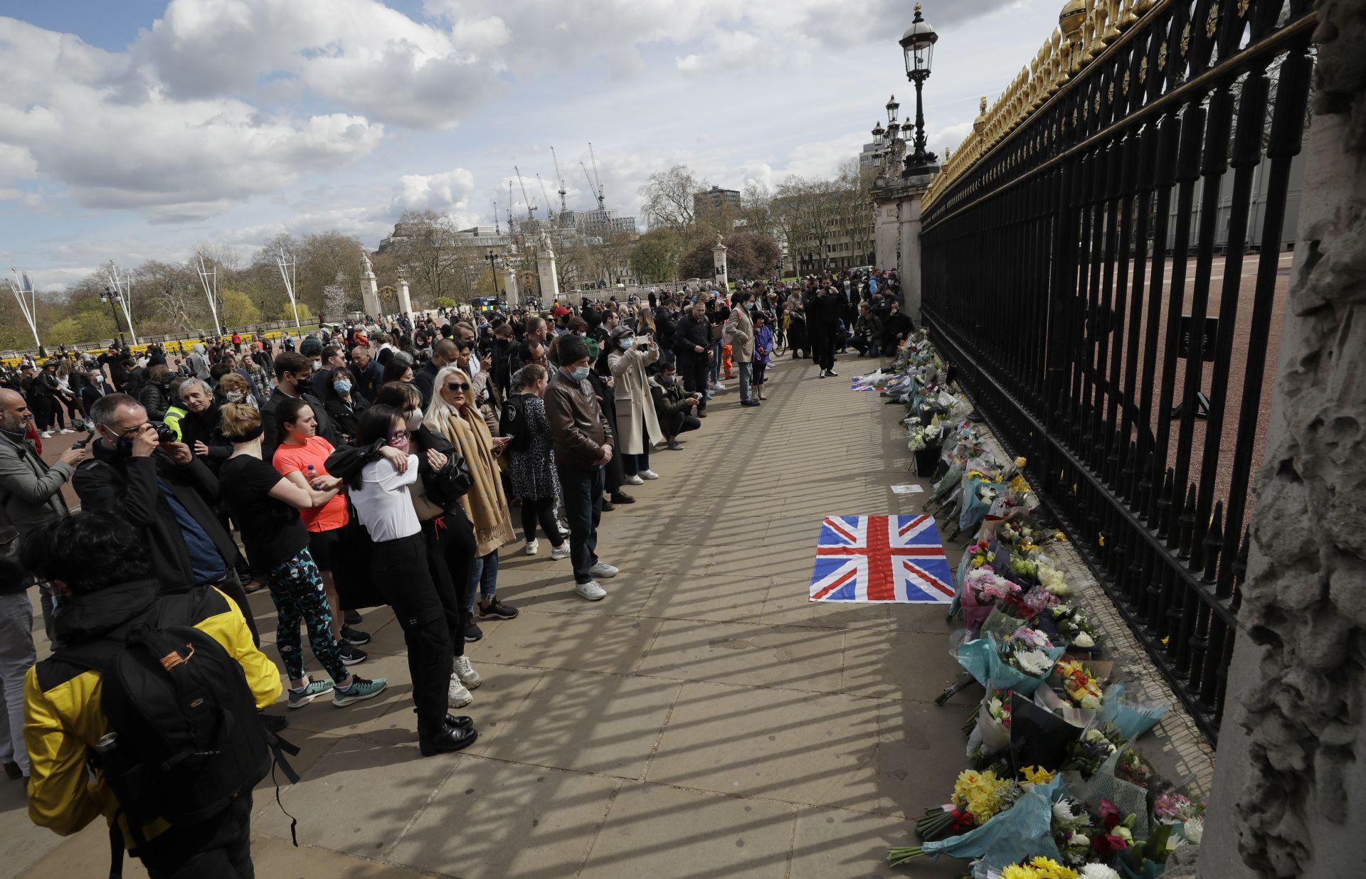 поданици на Обединеното кралство поднасят цветя пред Бъкингамския дровец и Уиндзорския замък след смъртта на принц Филип