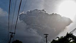 Вулканът на карибския остров Сейнт Винсънт изригна (видео)