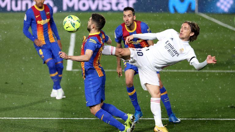 Ел Класико не разочарова, а Реал се качи на върха след зрелище под пороя в Мадрид