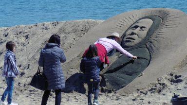 Нидерландка извая пясъчна скулптура на Баба Ванга на плажа в Бургас