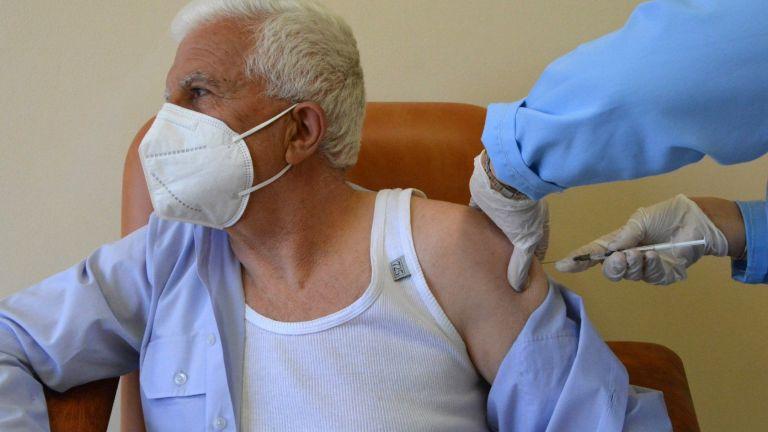Ваксината срещу коронавирус не пази на 100%. Ваксинираните трябва да