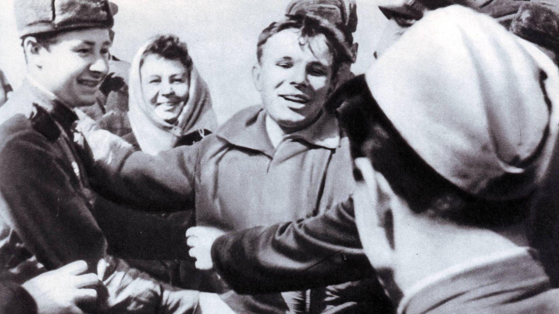 Посрещането на Гагарин минути след кацането му
