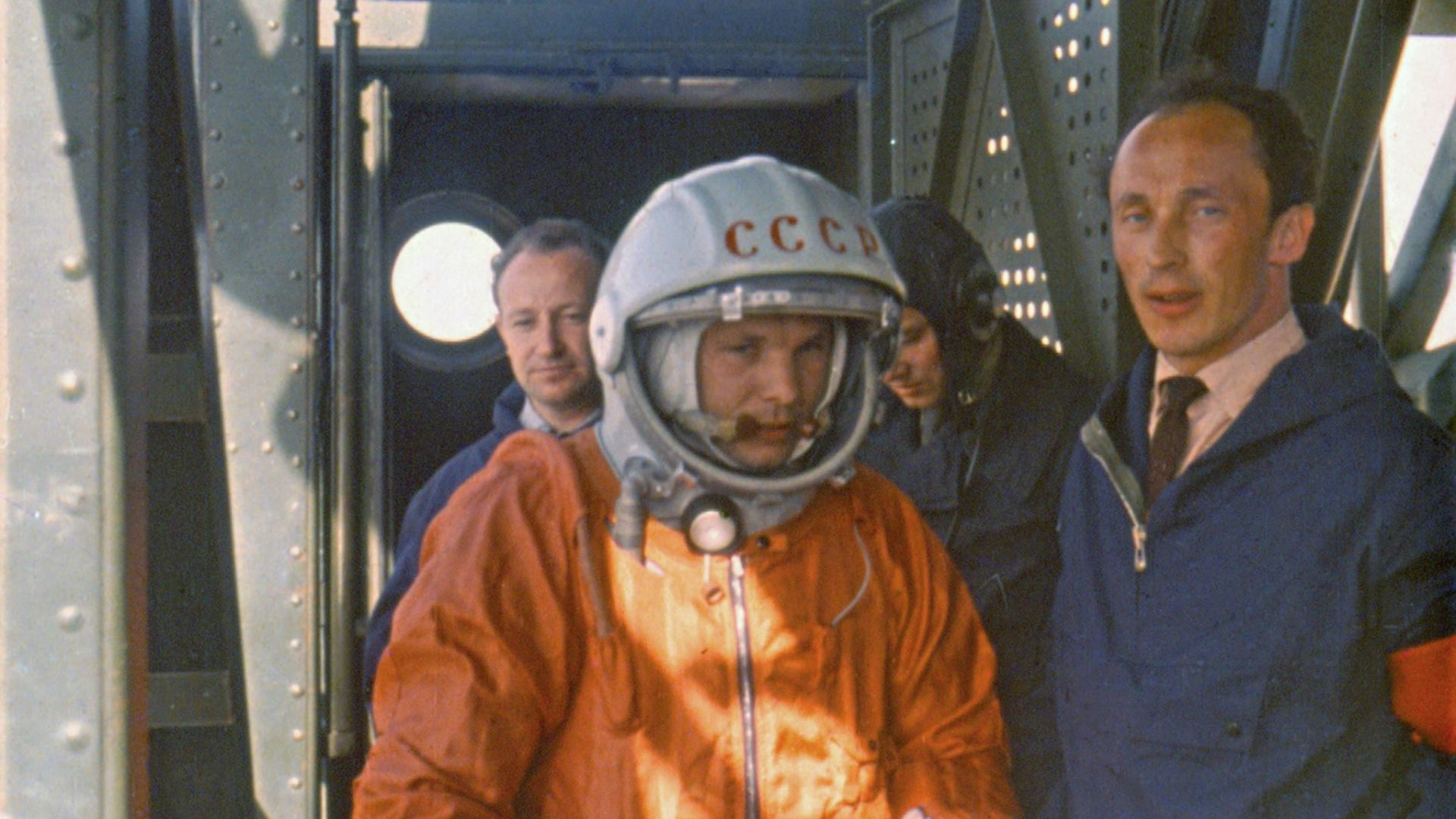 Юрий Гагарин върви към ракетата в утрото на 12 април 1961 г.