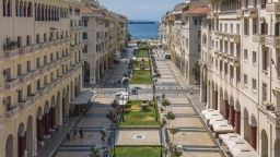 Отварят магазините и в Солун и Ахая