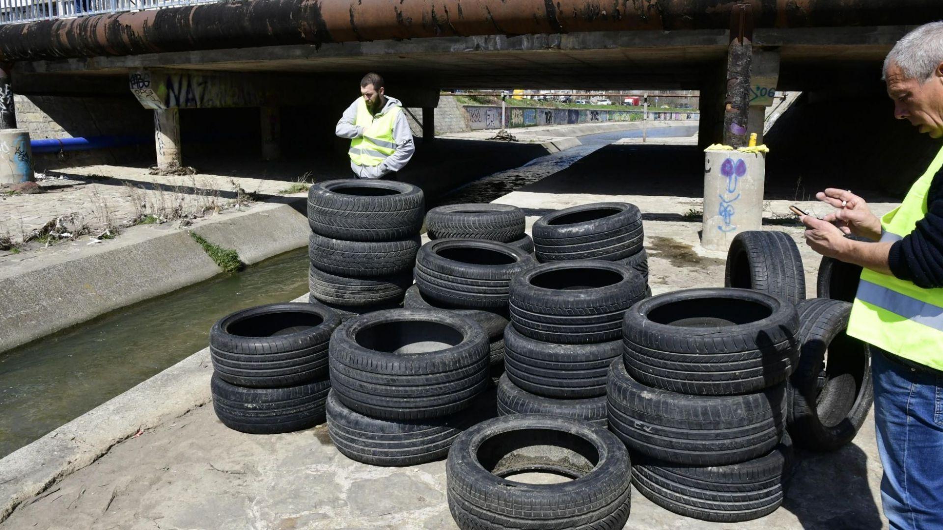 Извадиха 75 гуми от Слатинска река (снимки)