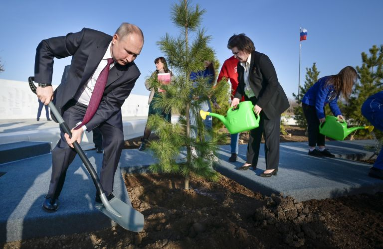 Руският президент засади дръвче край мемориала