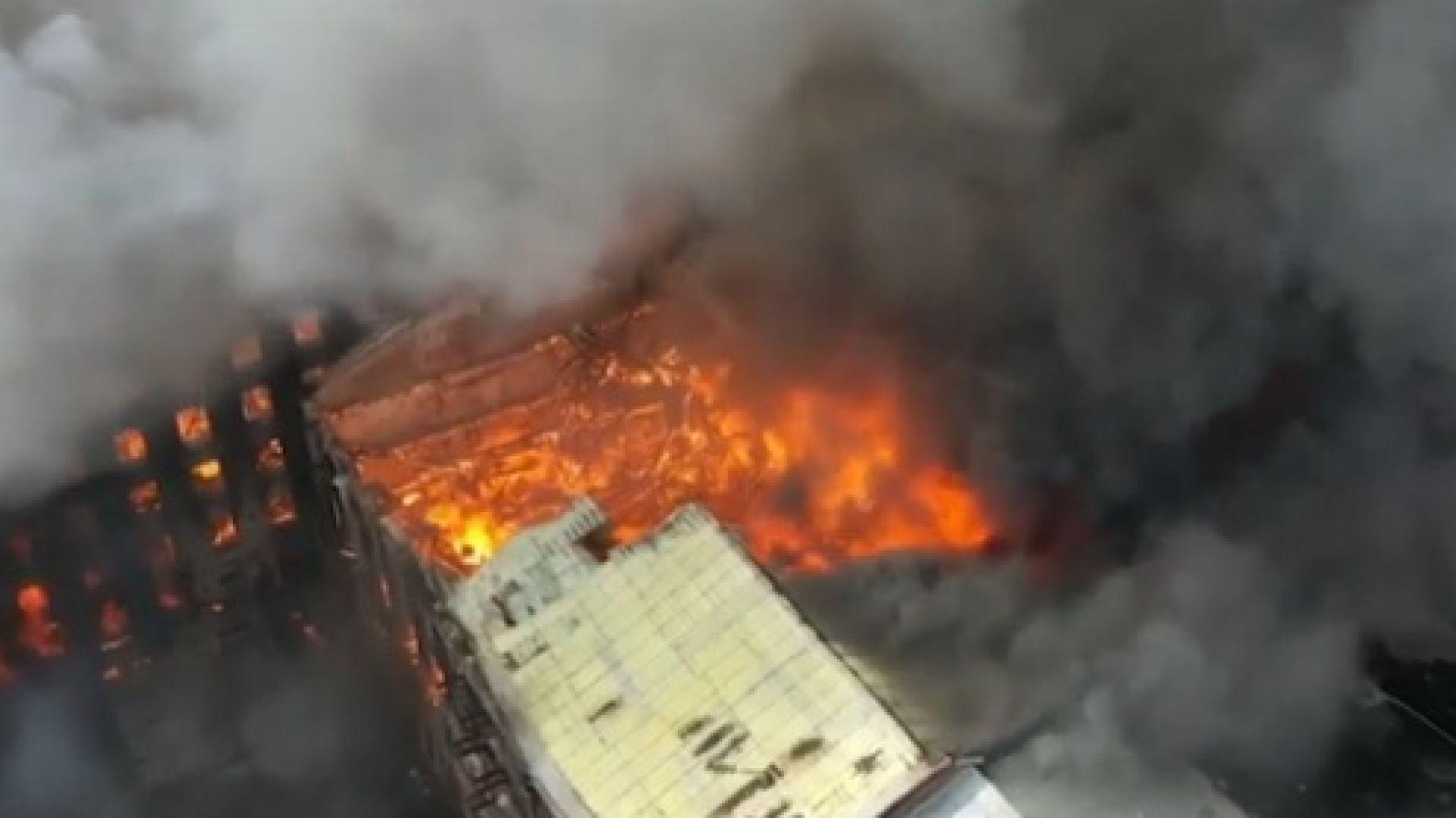 Пожар изпепелява историческа сграда в Санкт Петербург, има ранени и загинали (видео)
