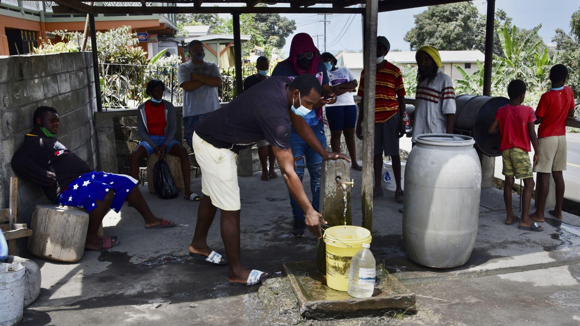 Остров Сейнт Винсент остана без вода и ток след изригването на вулкана