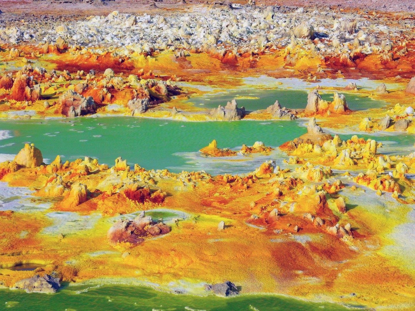 Термалните извори и вулканичната дейност са довели до създаването на нереалните цветни пейзажи в Данакил, Етиопия