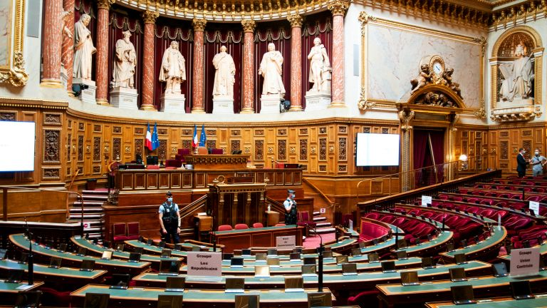 Френският Сенат прие на първо четене оспорвания проектозакон