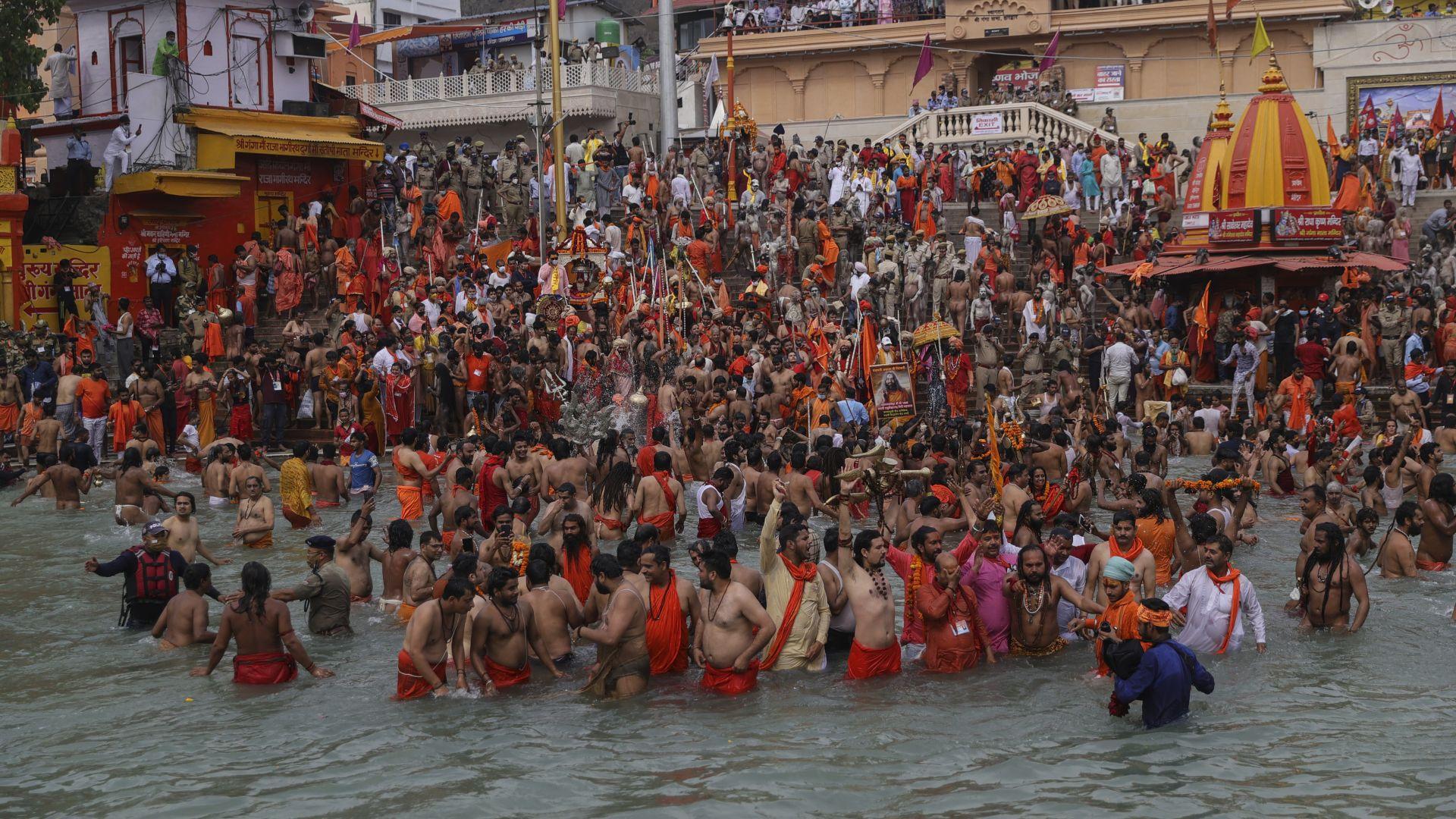 Фестивалът Навратри: Хиляди индуистки поклонници в Ганг (снимки)