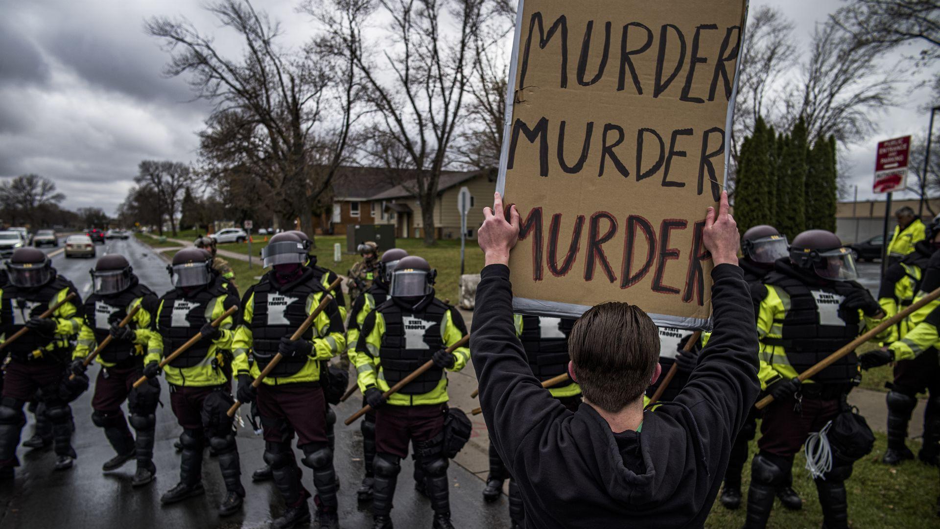 Полицейски оставки след убийството на цветнокож от бяла полицайка в САЩ
