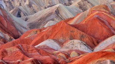 Когато природата си играе на художник: 6 цветни планини по света (снимки)