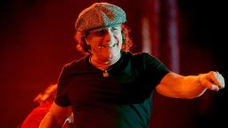 Вокалистът на AC/DC Брайън Джонсън пише мемоарите си