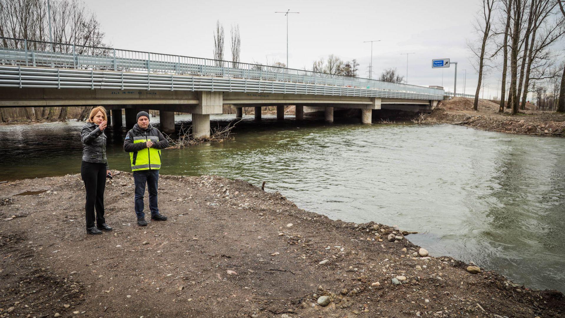 Фандъкова инспектира състоянието и нивото на река Искър (снимки)