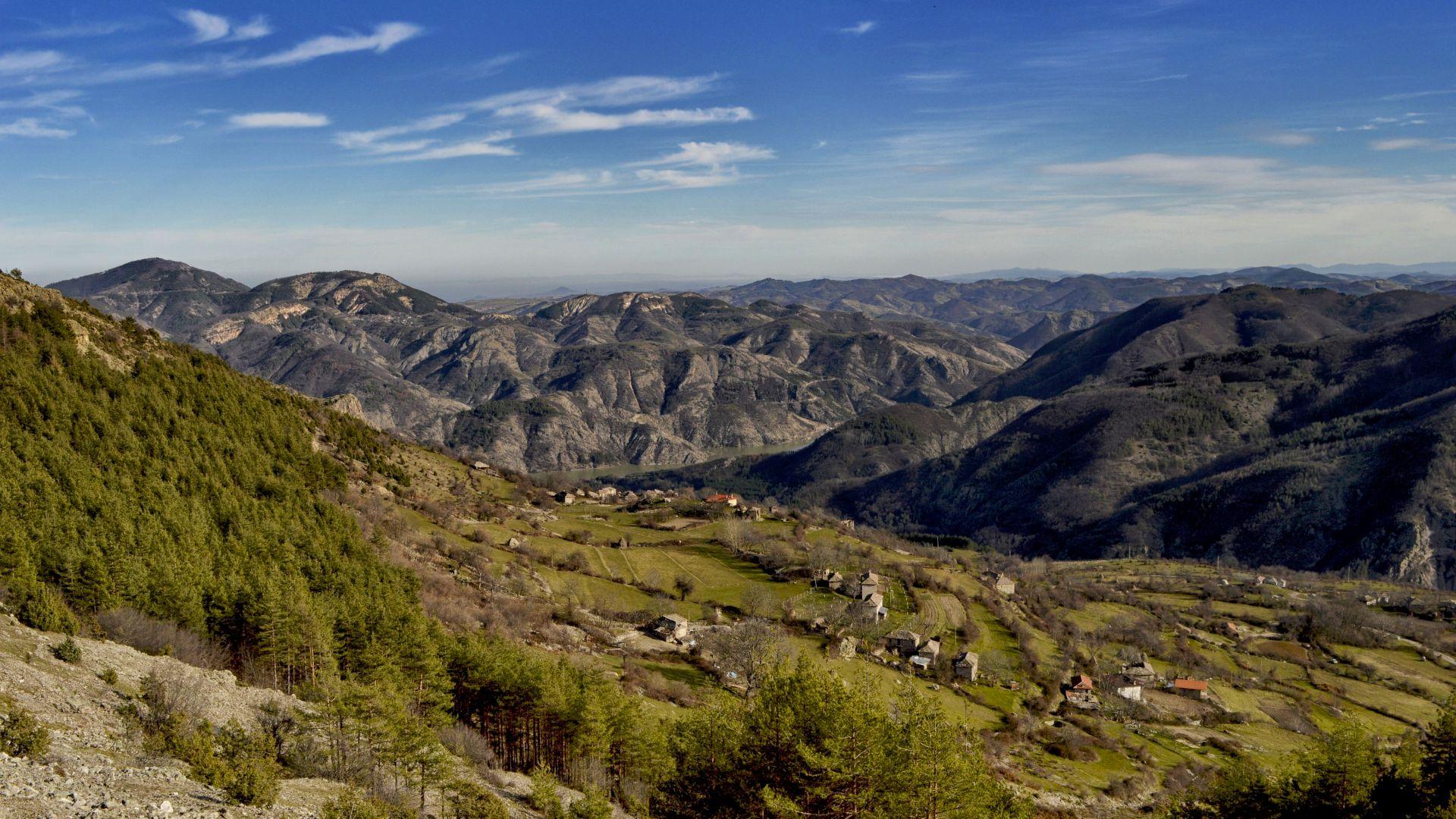 Село Безводно, погледнато от началото на изкачването