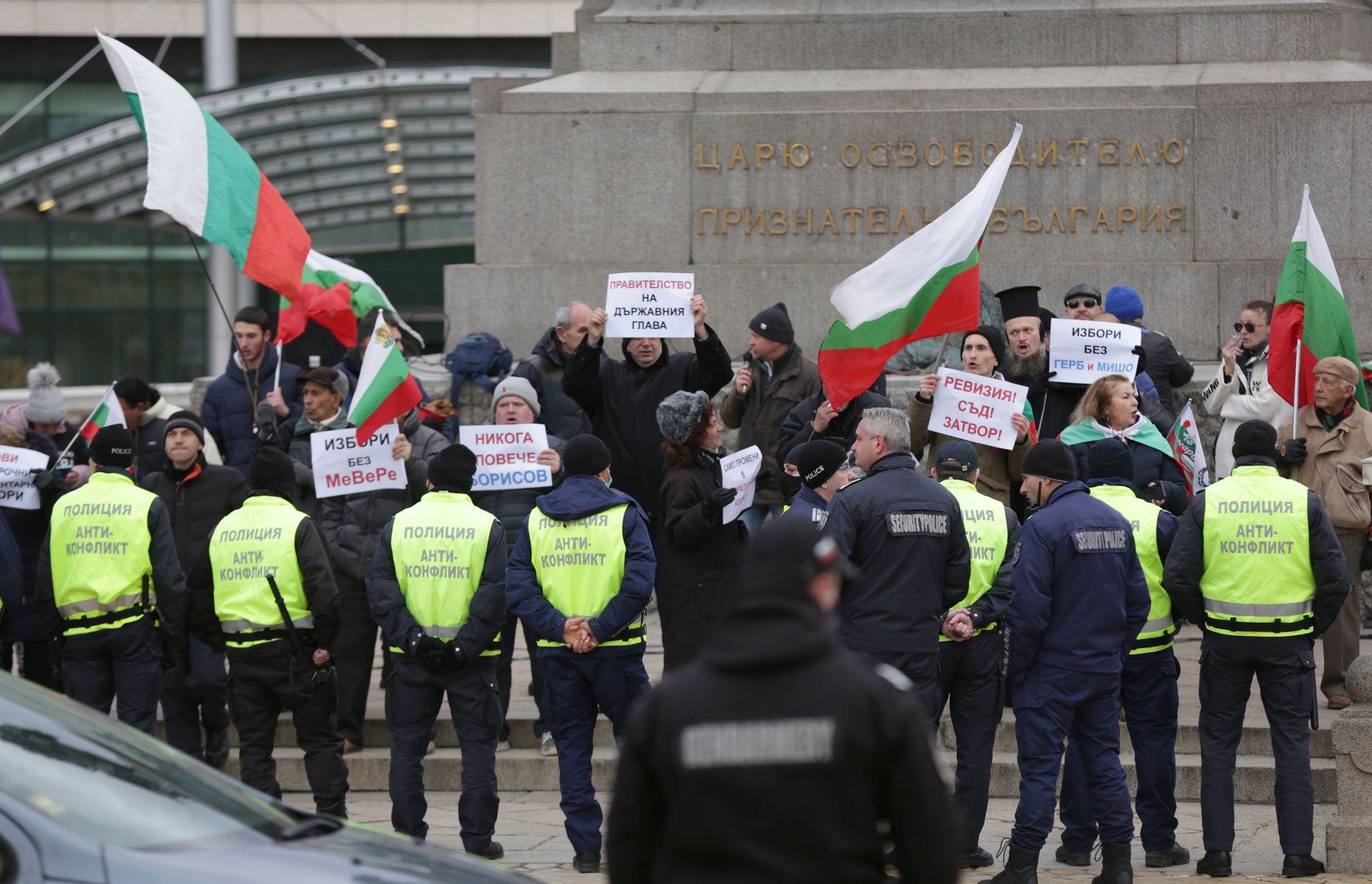 Малка група протестиращи се събра пред парламента, където беше охранявана от полицаи