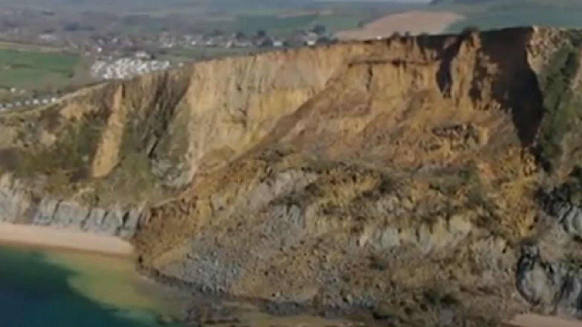 Огромно срутище падна на бряг във Великобритания (видео)
