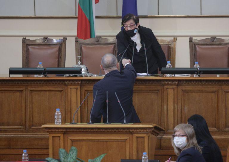 Президентът поздрави Мика Зайкова, която води заседанието като най-възрастен депутат
