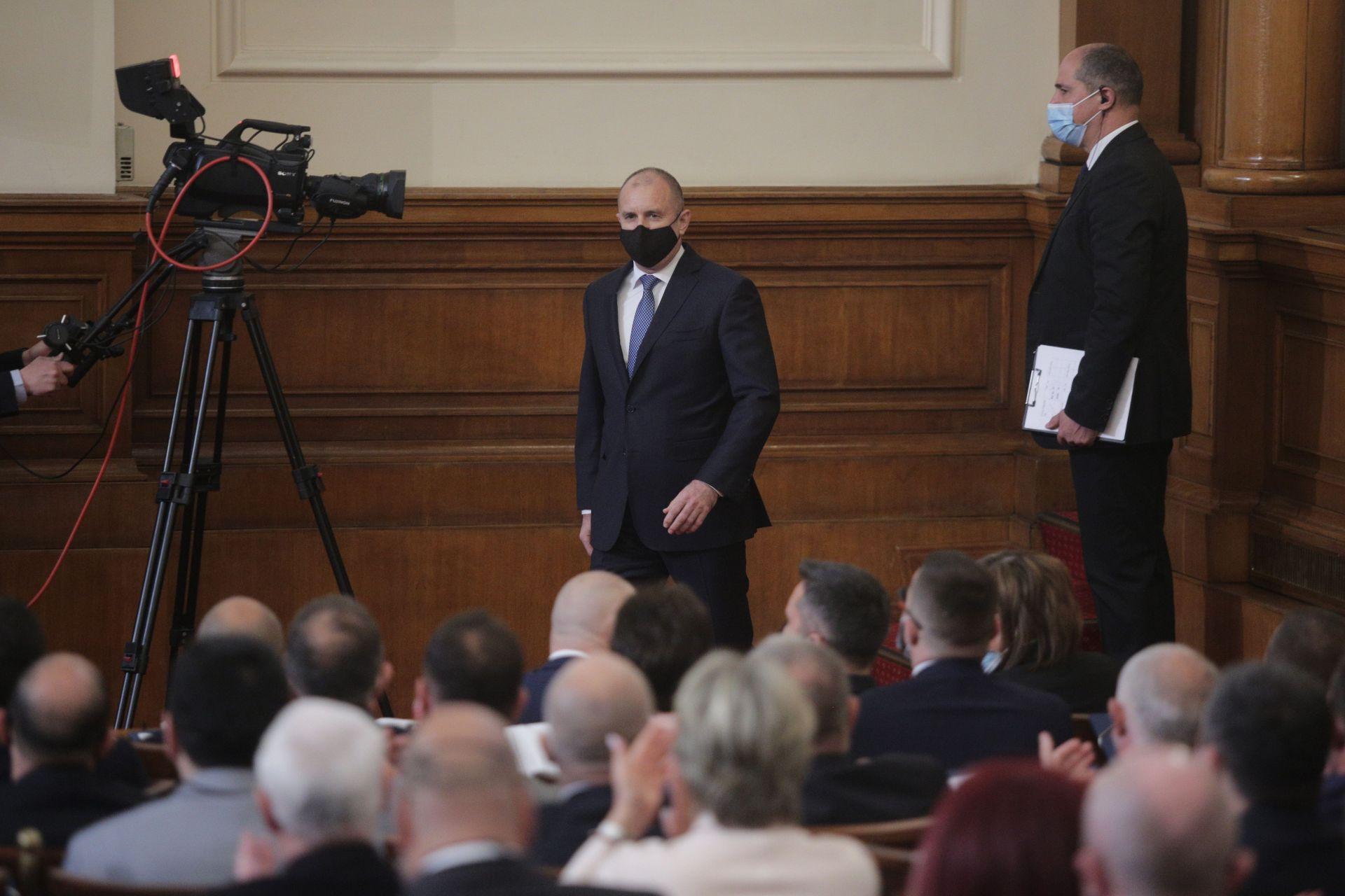 Държавният глава влезе в пленарната зала с маска