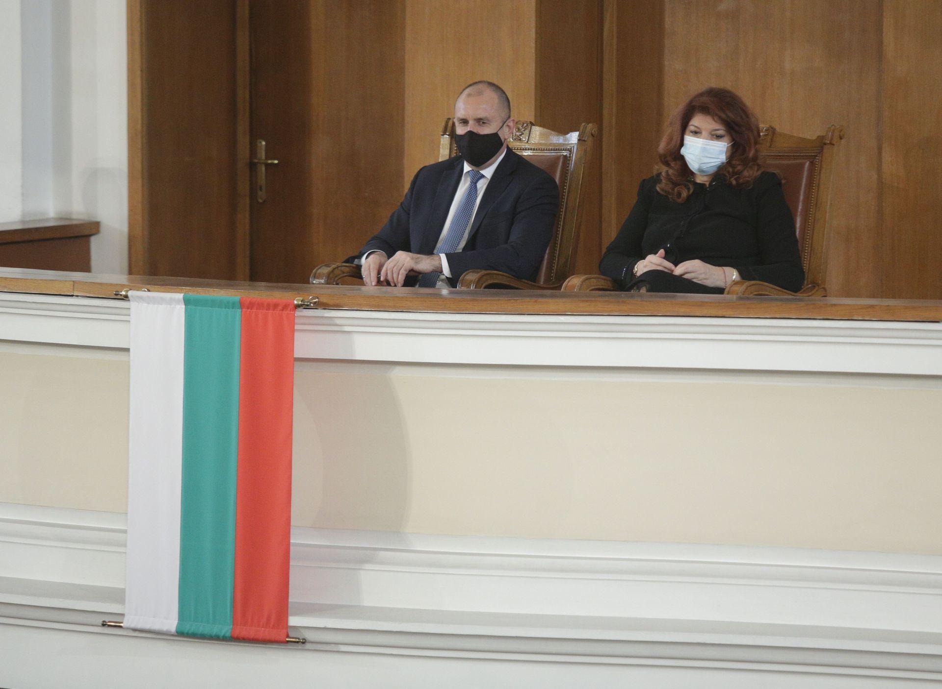 След речта си Румен Радев изслуша декларациите на партиите заедно с вицепрезидента Илияна Йотова