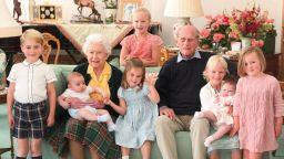 Кралица Елизабет Втора и принц Филип със седем от своите правнуци