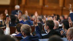 Депутатите задължиха кабинета в оставка да дойде в НС, скандал заради Росенец и пенсиите