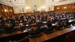 """С разпри и сравнения с """"Шоуто на Слави"""" депутатите гласуваха оставката на кабинета"""