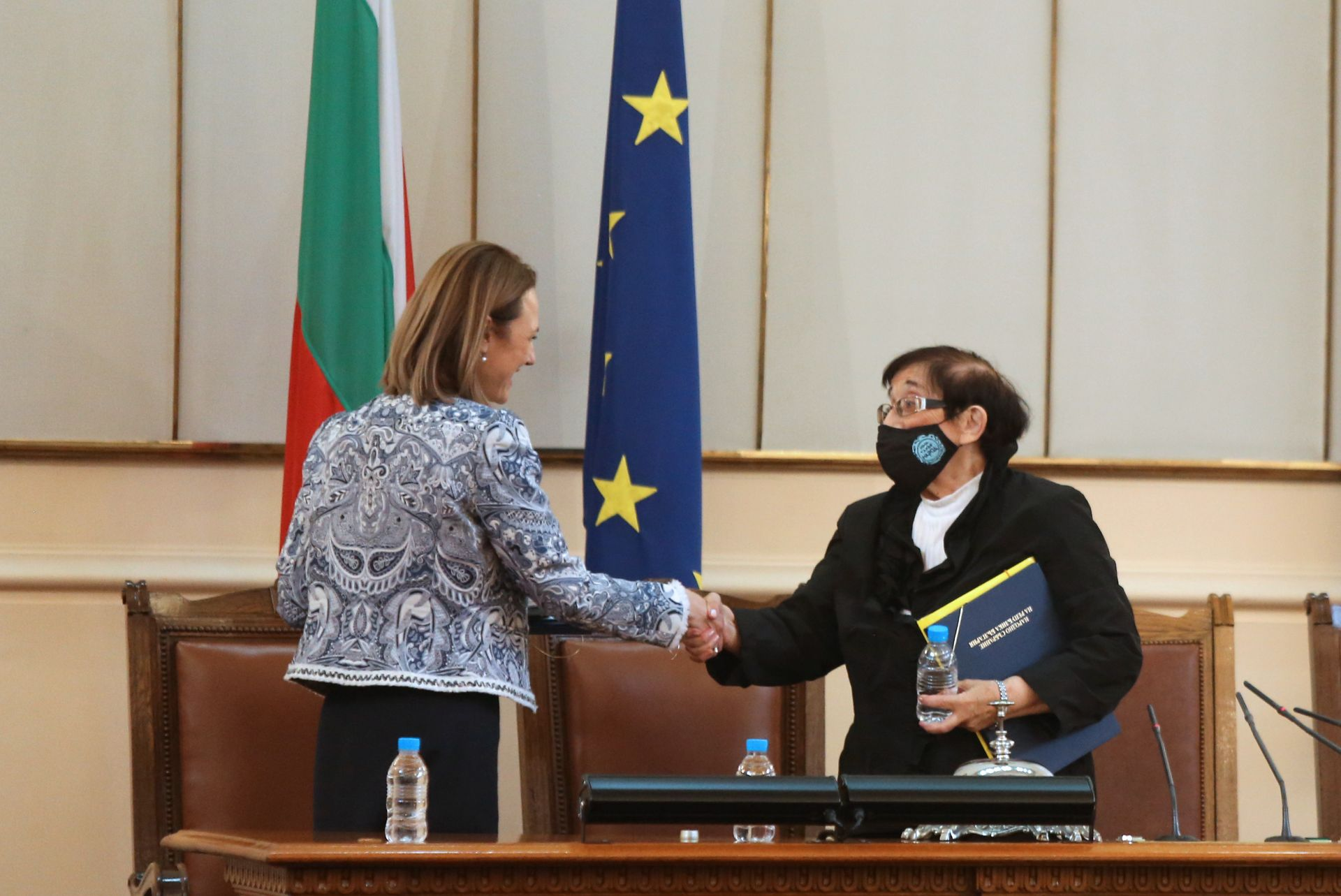 Ива Митева се ръкува с Мика Зайкова, която води заседанието преди нейното избиране, тъй като е най-възрастният депутат