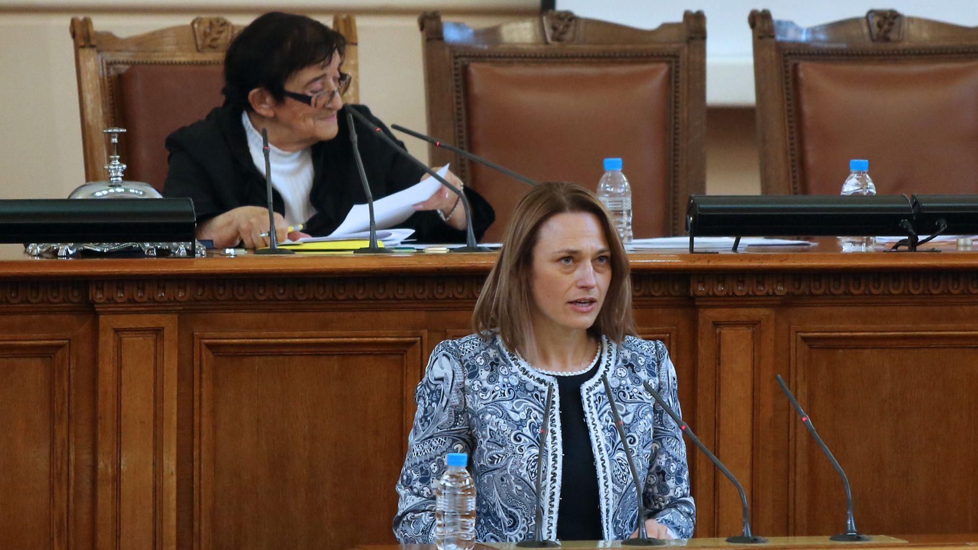 Първи знак за мнозинство: Всички без ГЕРБ избраха Ива Митева за председател на 45-ото НС