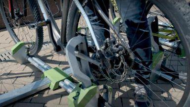 Поставиха стойки за велосипеди с иновативно заключване в София (видео)