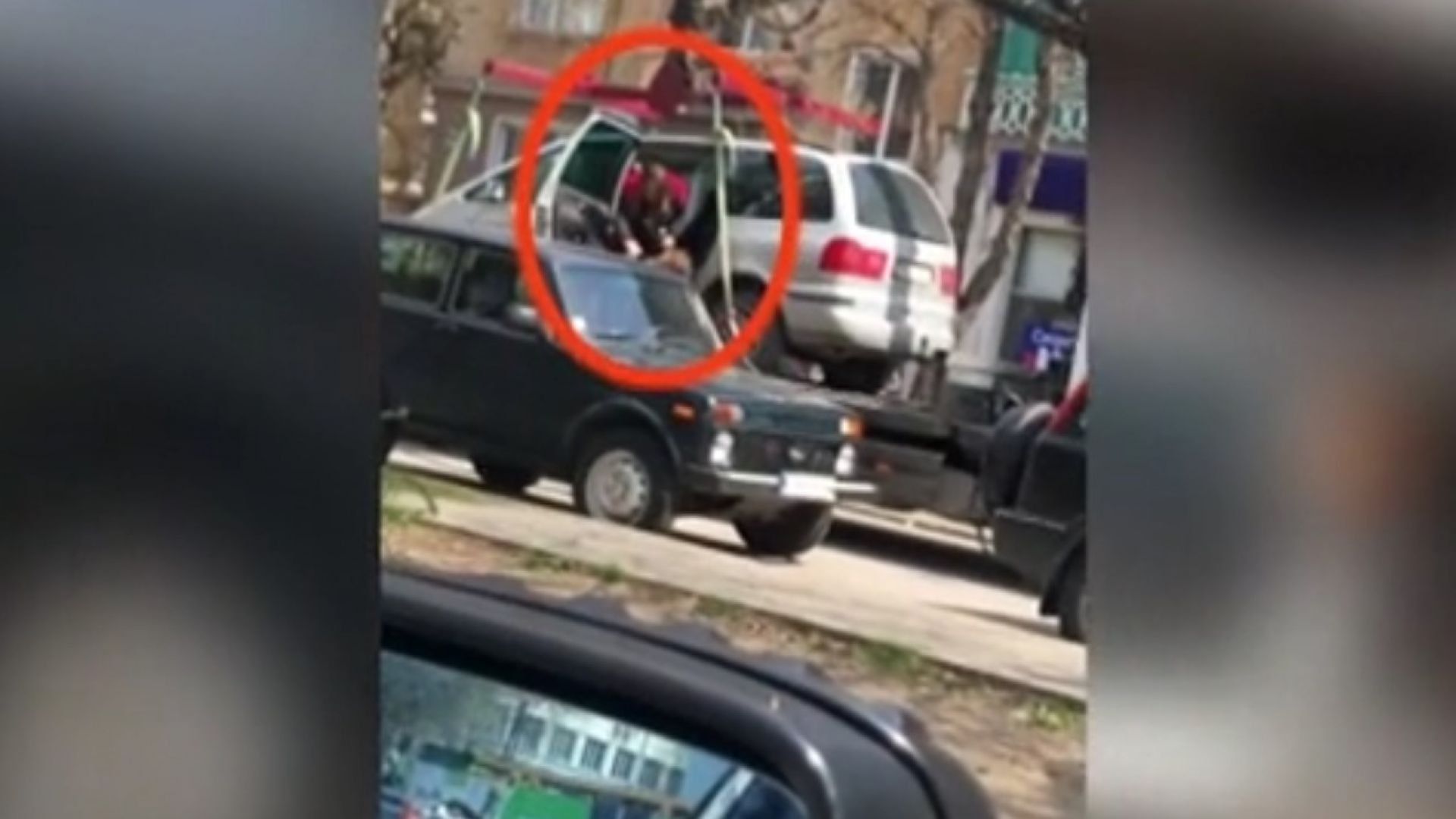 Паяк вдигна автомобил с дете в Плевен