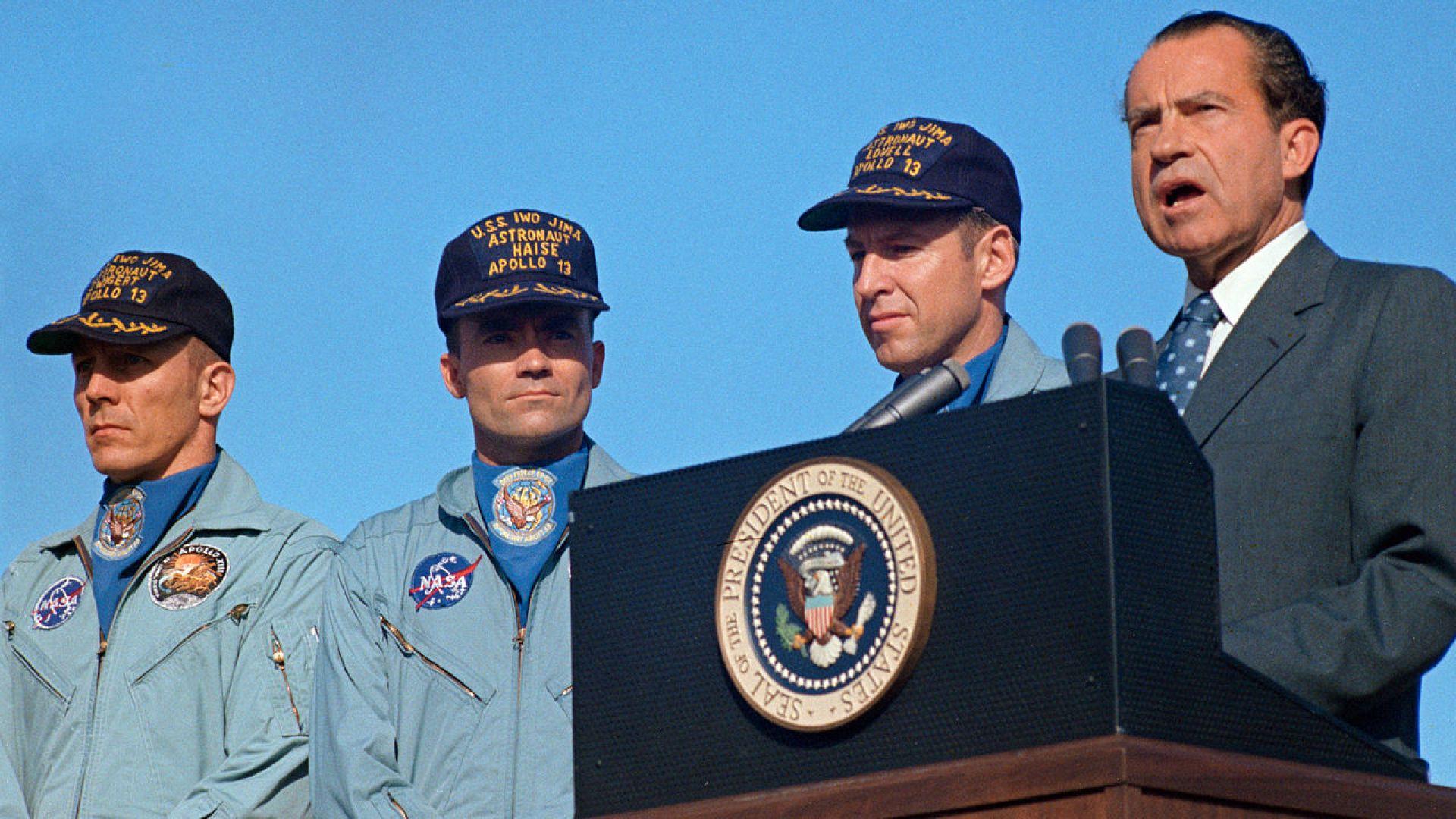 Астронавтите Лавел, Хейз и Суайгарт са посрещнати като герои от тогавашния президент Ричард Никсън