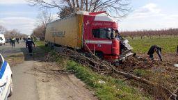 ТИР помете две коли на пътя Айтос-Бургас, има починала жена и затиснати (снимки)