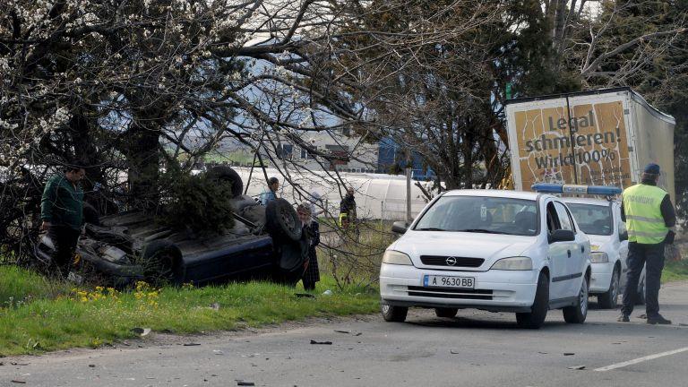 Тирът, който блъсна два леки автомобила по пътя Айтос-Бургас е