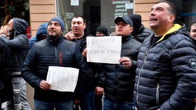 """Млади социалисти скандираха """"Оставка"""" за лидера на БСП пред """"Позитано"""""""