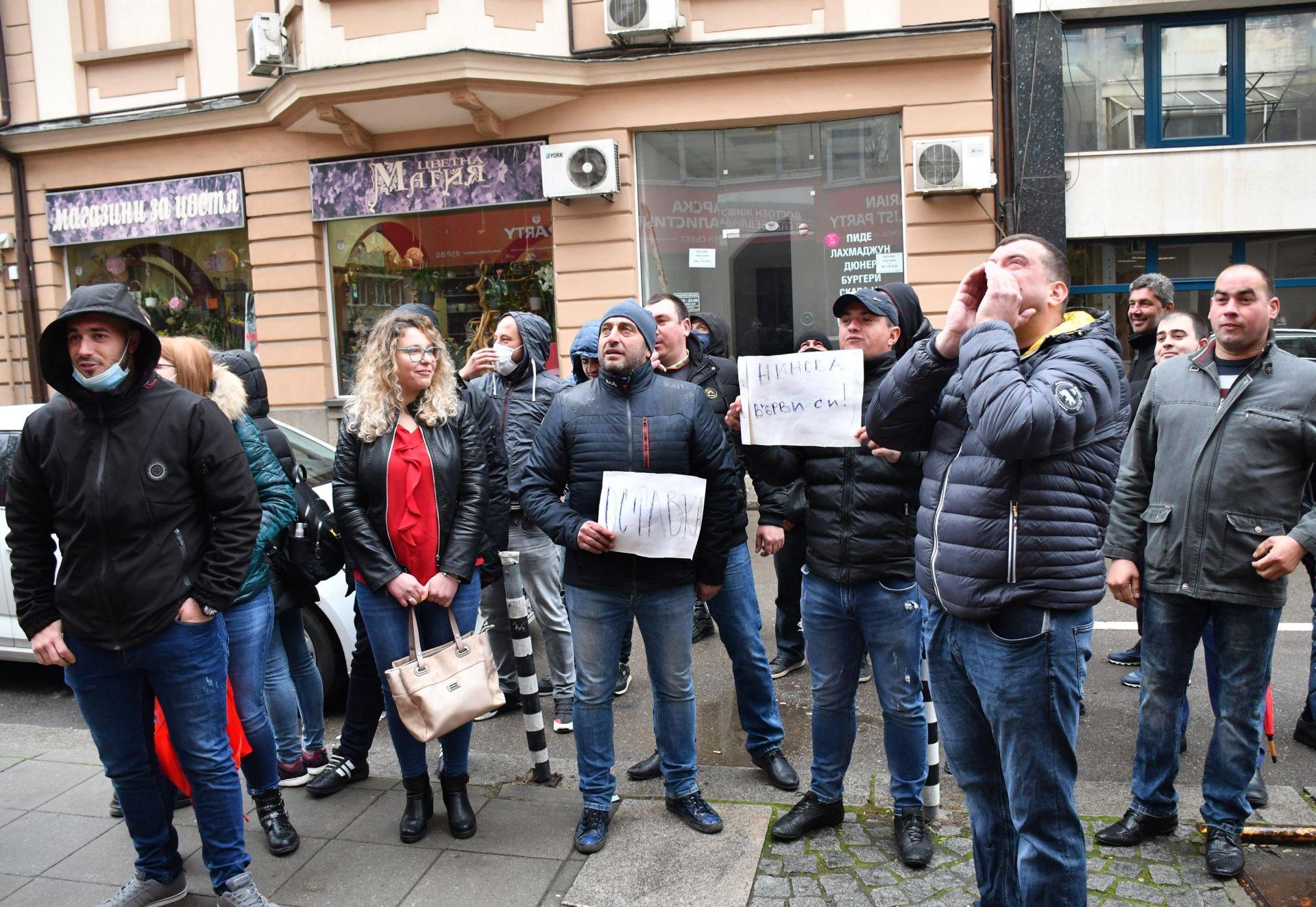 Млади социалисти искат оставката на Нинова