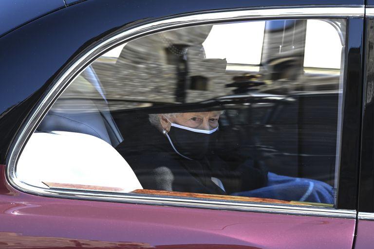 """Кралица Елизабет Втора в автомобила, който я отведе до параклиса """"Сейнт Джордж"""""""