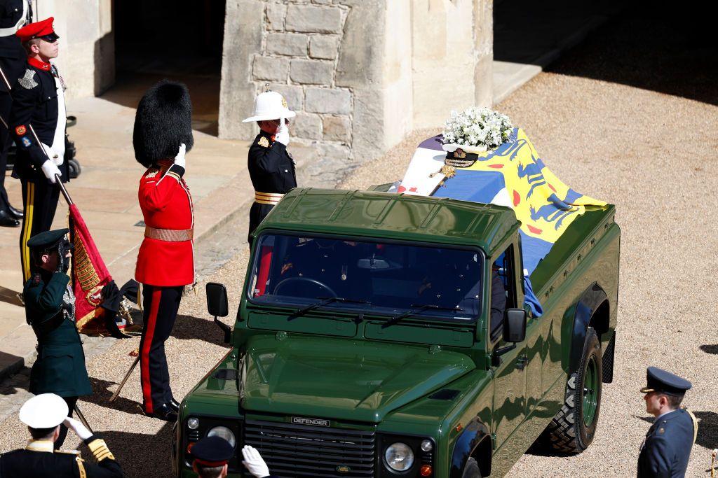 """Кофчегът на принц Филип е натоварен на специалния автомобил-катафалка с марка """"Land Rover"""""""
