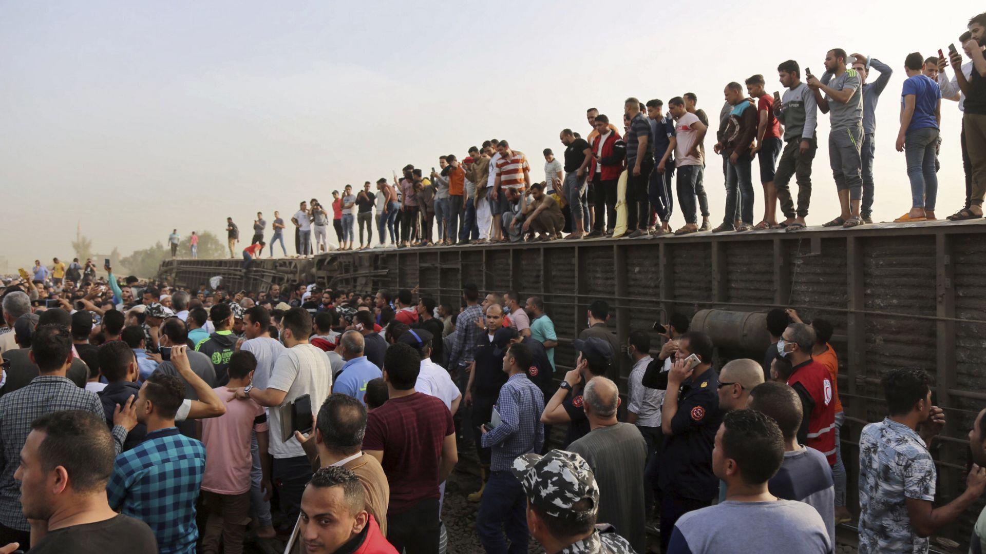 Влак дерайлира в Египет, 11 жертви и 98 ранени (видео и снимки)