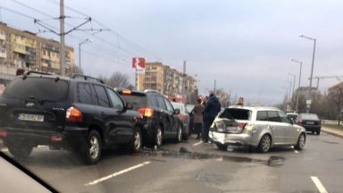 Верижна катастрофа с 6 коли в София заради куче